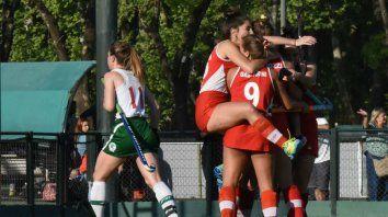Gol. Las chicas de Provincial se abrazaron cerca del arco de Jockey luego de que Agustina Vucich abriera el marcador del encuentro que terminó en empate.