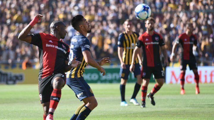 Leal y Camacho disputan la pelota en el partido jugado en el Gigante. Los dos volverían a encontrarse.
