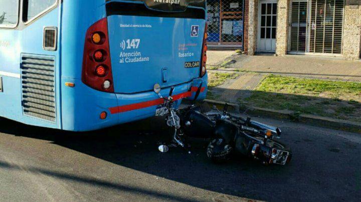 Un motociclista chocó contra un colectivo y debió ser hospitalizado