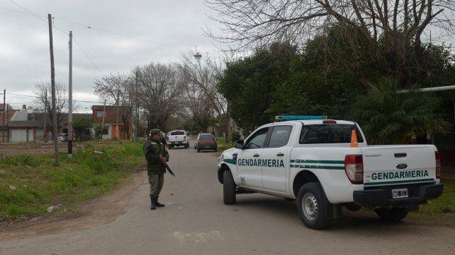 En territorio. Un gendarme monta guardia en uno de los barrios priorizados en Rosario por las fuerzas federales para reforzar la seguridad.