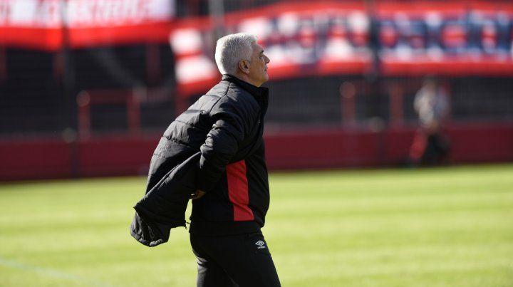 Pensativo. El técnico rojinegro De Felippe aún no definió el equipo que enfrentará a Colón pero ya lo tendría definido.