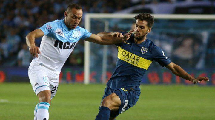 Dividida. Marcelo Díaz disputa la pelota con Emmanuel Mas. El partido fue vibrante y también discutido.