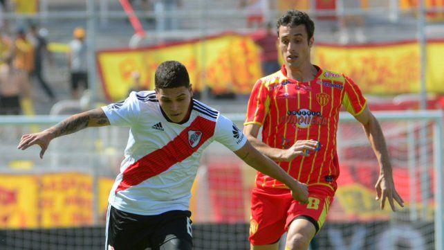 La figura. El colombiano Juan Fernando Quintero marcó el primero y el tercero.