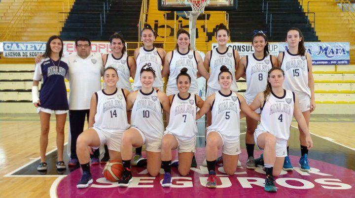 El plantel. Las chicas del equipo de calle Juan Manuel de Rosas que lograron el título posan junto al entrenador Pichi Sandoval.