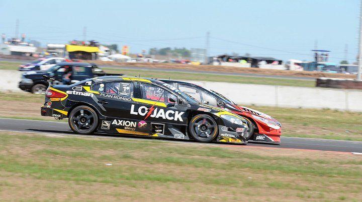A fondo. Ardusso supera a Iribarne al comienzo de una carrera furiosa para el piloto de Las Parejas.