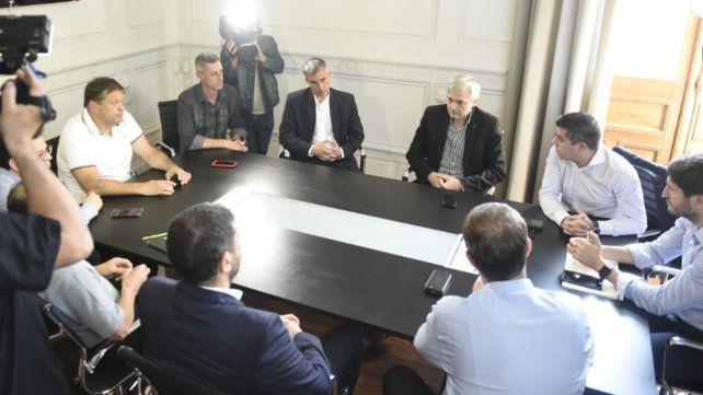 Maximiliano Pullaro encabezó la reunión con representantes de los clubes, Cristian D'Amico y Ricardo Carloni, hoy en sede local de Gobernación.