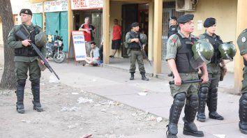 Custodiados. La presencia de Gendarmería era palpable ayer en el centro comercial del barrio.