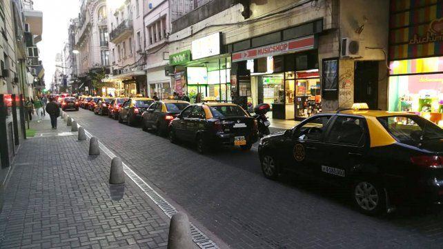 Crisis. Una larga hilera de taxis espera por pasajeros en pleno centro de la ciudad.