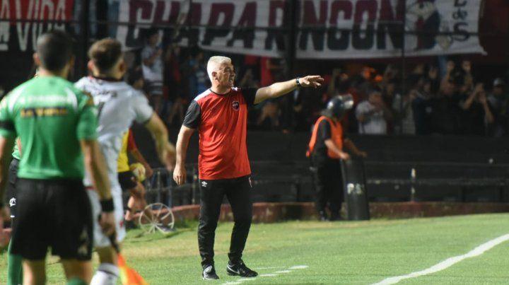 El técnico de Newells da indicaciones. El equipo reaccionó con el ingreso de Formica.