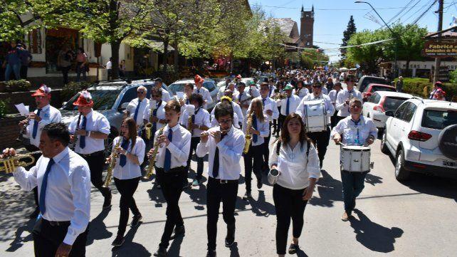 Desfile. La banda actuó y además recorrió las calles de Villa G. Belgrano.