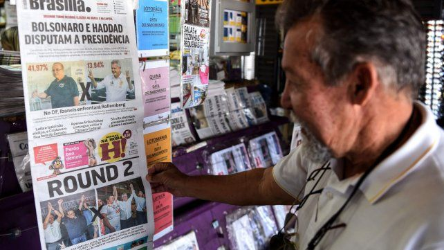 Expectativa. Un kiosco de diarios en Brasilia refleja la jornada del domingo. Brasil sigue en clima de campaña.