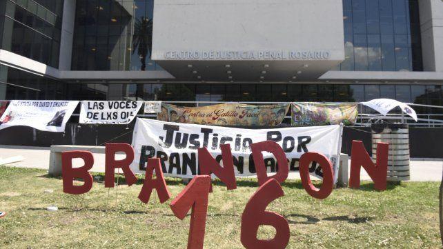 Reclamo y recuerdo. Familiares y allegados a Brandon se manifestaron ayer frente a las puertas del CJP.