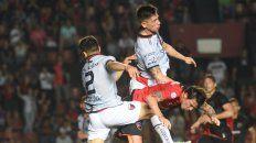 Gato entre sabaleros. Mauro Formica, quien entró y le cambió la cara al equipo, lucha entre dos defensores.