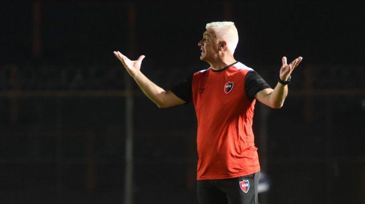 Reclamo técnico. Omar De Felippe no logra enderezar el rumbo del equipo cuando los rojinegros juegan fuera del Coloso.