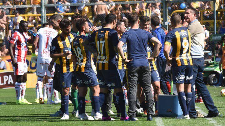 Pausa para el diálogo. Bauza aprovechó para dar indicaciones mientras los jugadores se hidrataban en el desafío ante Unión .