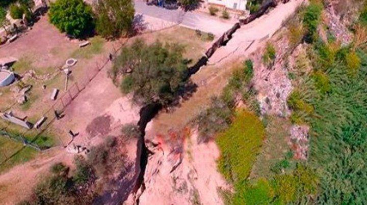 Peligroso. La barranca comenzó a ceder y abrió en el terreno una separación de un metro de ancho.