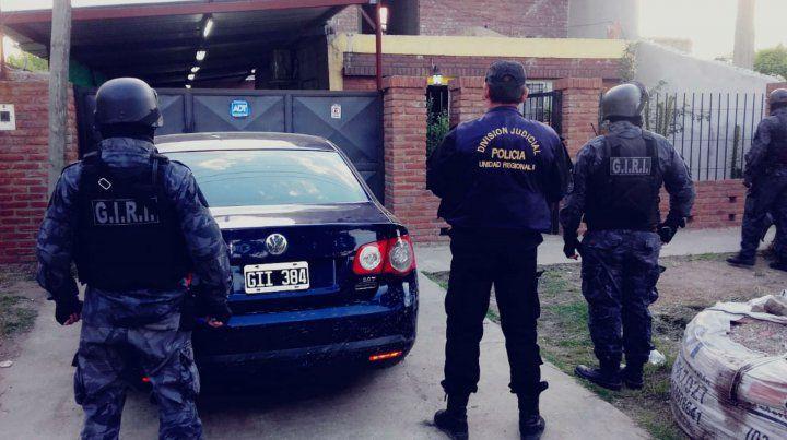 Efectivos policiales en uno de los domicilios allanados esta madrugada.