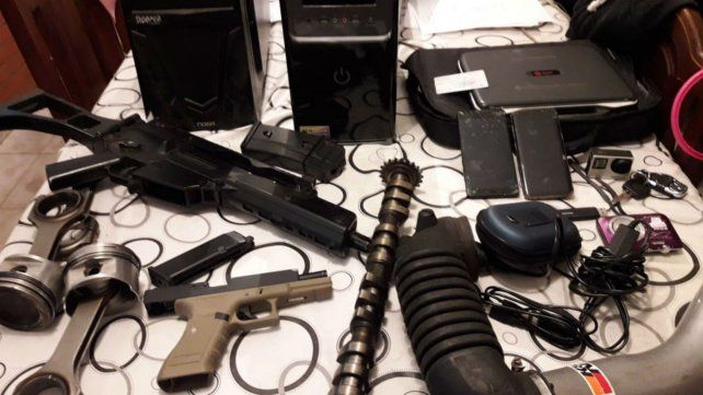 Armas y autopartes secuestradas en los allanamientos de esta madrugada.