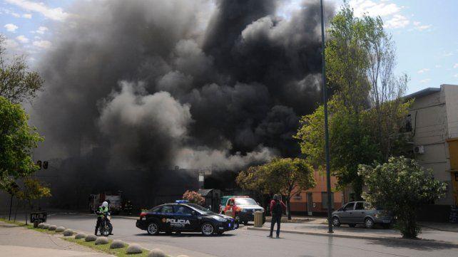 Humo y fuego por horas. El siniestro en la esquina de Zuviría y Silva destruyó el depósito de Desarrollo Social.