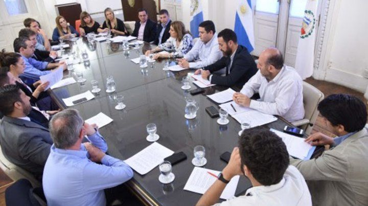 Cumbre municipal. La intendenta Fein recibió ayer en el municipio a los presidentes de bloque del Concejo para analizar la compleja coyuntura.