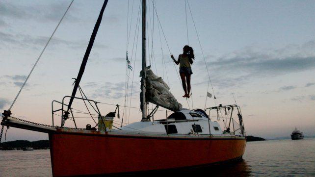 Puesta a punto. El Tangaroa2 fue reacondicionado y pintado en una playa de Florianópolis.