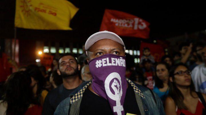 Intolerancia. Un manifestante usa un pañuelo con la consigna Él no