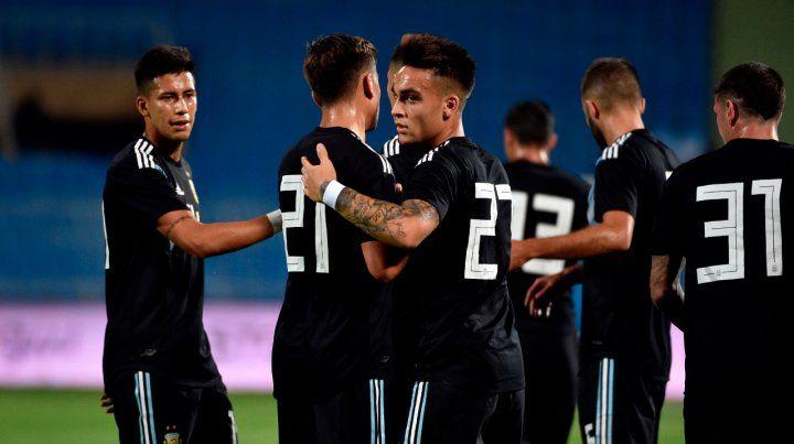 El festejo. El bahiense Lautaro Martínez consiguió anotar ayer por primera vez con la camiseta albiceleste en la selección mayor y seguramente no lo olvidará.