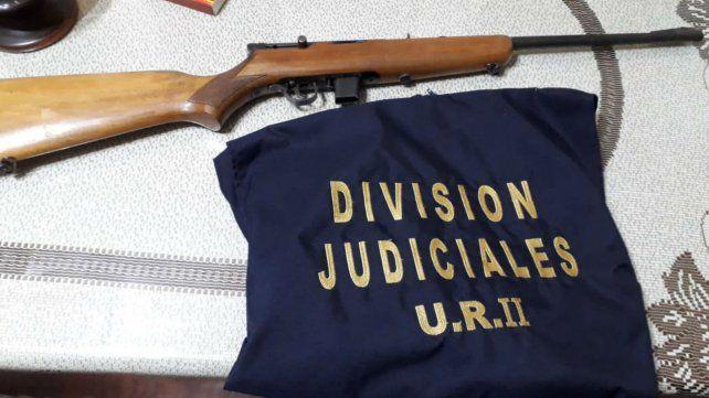 El arma secuestrada en el operativo.