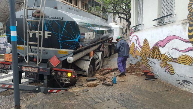 El camión de YPF atascado en Laprida y Belgrano.