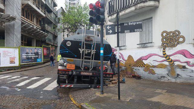 El vehículo quedó atascado cuando intentó subir por Laprida.