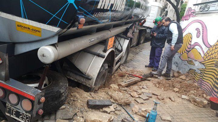 El camión quedó varado en la subida de Laprida.