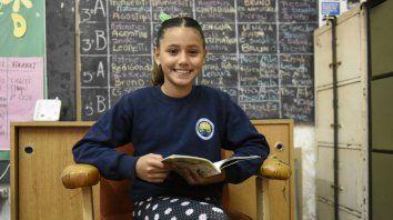 Una alumna de quinto grado recomienda los libros de Julio Verne.