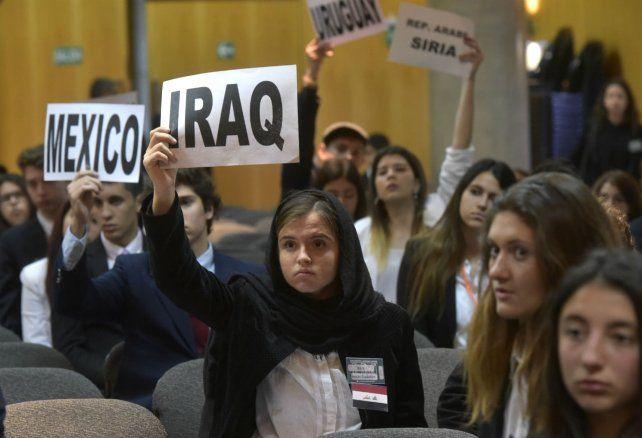 Las alumnas y los alumnos secundarios emularon los roles de embajadores y autoridades internacionales.