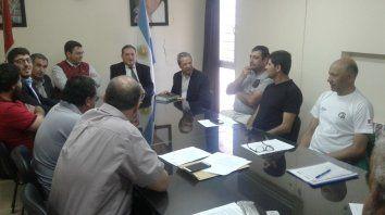 Preocupados. El ministro de Trabajo, Julio Genesini, se reunió con integrantes de la Intersindical de Casilda.