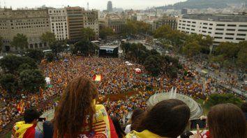 Miles de españoles expresaron su rechazo contra los planes independentistas del gobierno catalán.