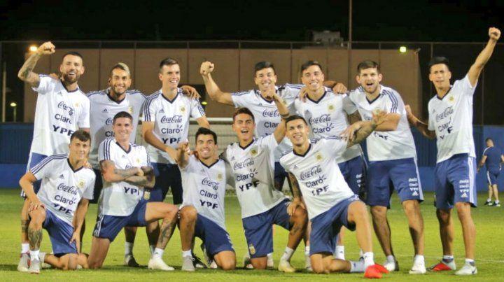 Antes del trabajo. El plantel argentino entrenó feliz tras el triunfo del jueves.