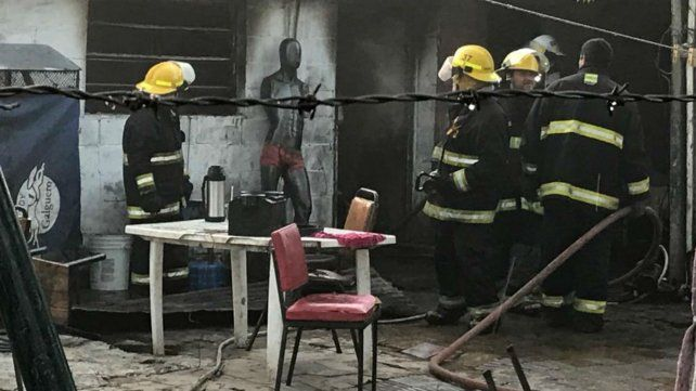 Los bomberos de San Genera durante el incendio de esta madrugada.