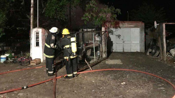 Los bomberos de San Genaro en la casa donde se produjo el incendio