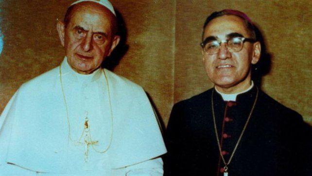 Años 70. La foto testimonia un encuentro entre los contemporáneos Papa Pablo VI y monseñor Romero.