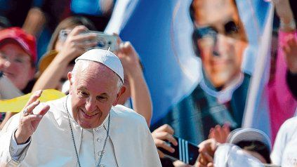 Un acto de justicia. Francisco, durante la ceremonia de santificación, junto a una imagen de Oscar Romero.