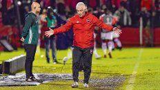 Una imagen repetida. El técnico rojinegro busca explicaciones en medio del partido. El equipo no aparece.