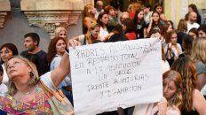 En la calle. Tras las denuncias, padres y alumnos abrazaron al colegio.