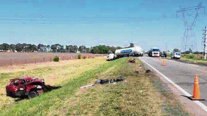 De frente. En la A-012 un acto impactó contra un camión cisterna.