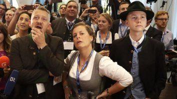 Caras largas. Los militantes de la CSU lucen desconcertados en el local partidario de Munich.