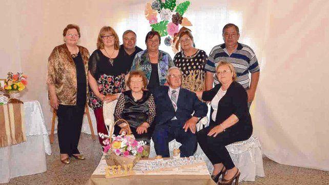 En familia. El matrimonio fue agasajado ayer con una fiesta para  celebrar la vida. Angelina y Euclides tuvieron ocho hijos, 12 nietos y  14 bisnietos.