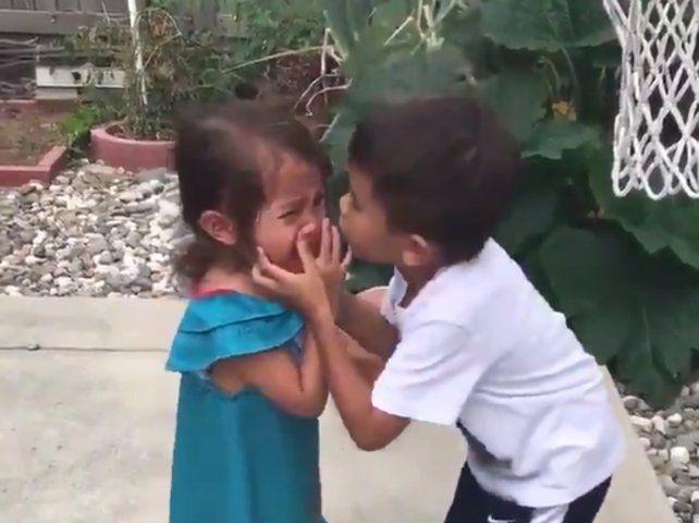 El video del tierno gesto de un nene con su hermanita que se volvió viral