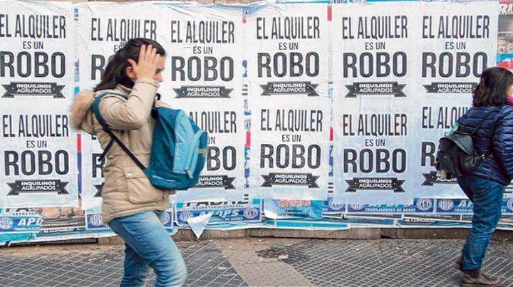 Reclamo. Algunos de los tantos afiches que se ven por estos días en la ciudad de Buenos Aires.