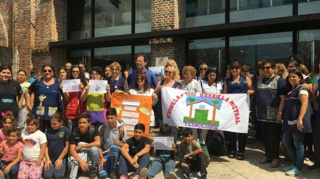 Abrazo solidario en el Ministerio de Educación por los robos en la escuela Gabriela Mistral