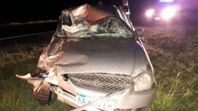 Violento choque de un auto contra un camión en la autopista a Santa Fe