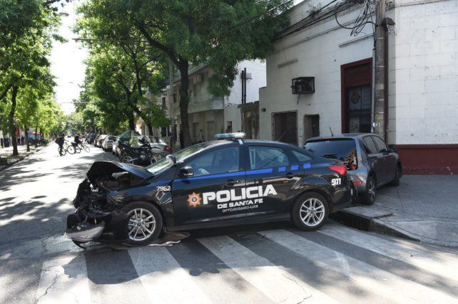 Impactante choque entre un patrullero y un auto en el macrocentro